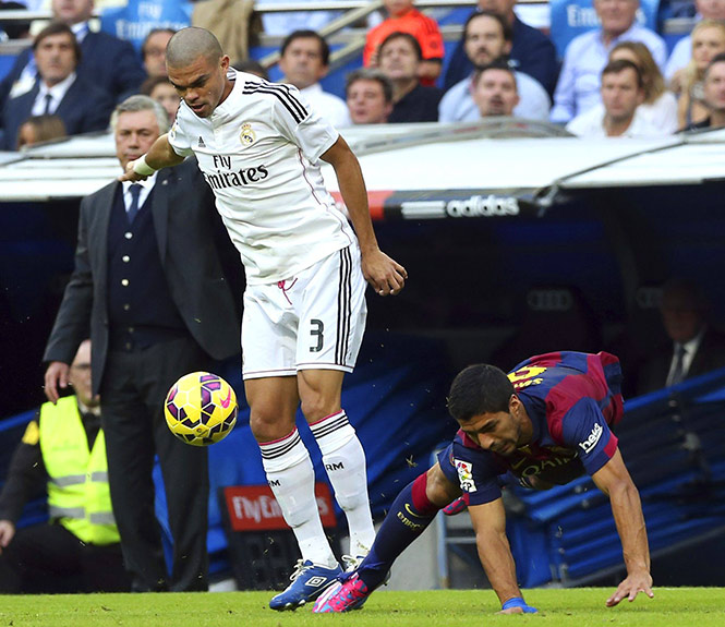 Pepe desarma al charrúa Luis Suárez (EFE)