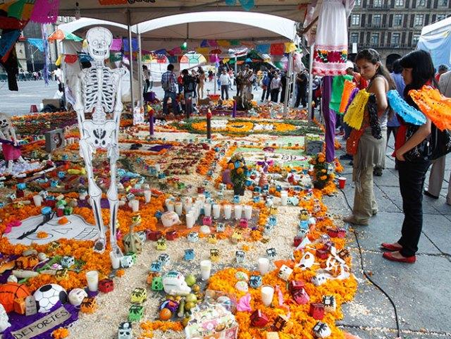 La tradicional ofrenda monumental se podrá apreciar del 31 de octubre al 2 de noviembre en el Zócalo. Foto Cuartoscuro/ Archivo