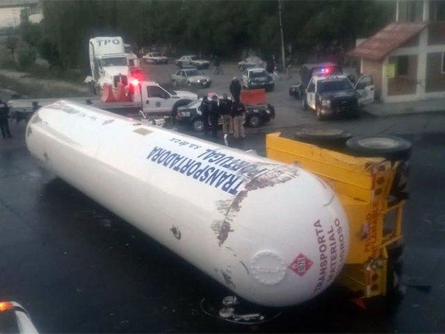 Un contenedor que transportaba gas LP se desprendió y volcó sobre la carretera México-Cuautla hacia Chalco. Foto Rodolfo Dorantes