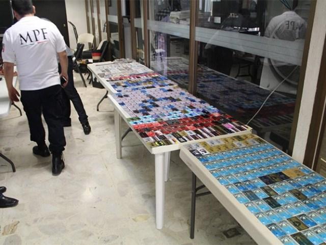 Elementos de la Agencia de Investigación Criminal aseguraron un taller en Ixtlahuacán de los Membrillos, Jalisco, en donde se encontraron 701 tarjetas bancarias de diversas instituciones