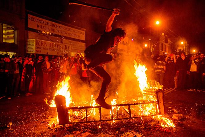 En algunos lugares, la atmósfera de fiesta se volvió más descontrolada al avanzar la noche (AP)