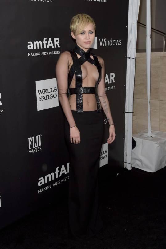Cyrus optó por una prenda negra que sólo cubría sus senos con unas tiras. (Especial)