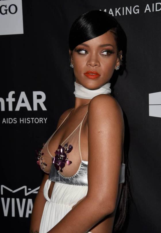 Rihanna portó un vestido blanco de transparencias justo en el busto, que cubrió con lentejuelas moradas. (Especial)