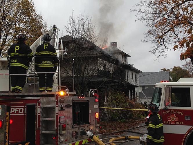 Un incendio destruyó un edificio de apartamentos cerca del tranquilo campus de la Universidad del Sur de Maine