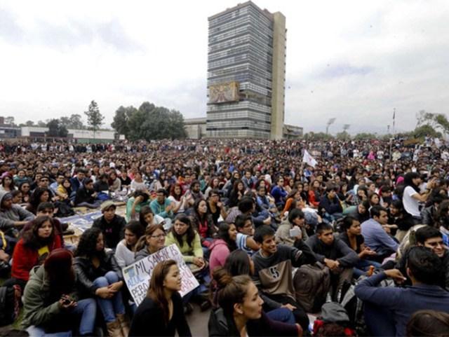 Paro de 72 horas y cerco a instalaciones de la PGR, fue al acuerdo al que convocó la Asamblea Interuniversitaria, integrada por alumnos de la UNAM, la UAM, la UACM y el IPN