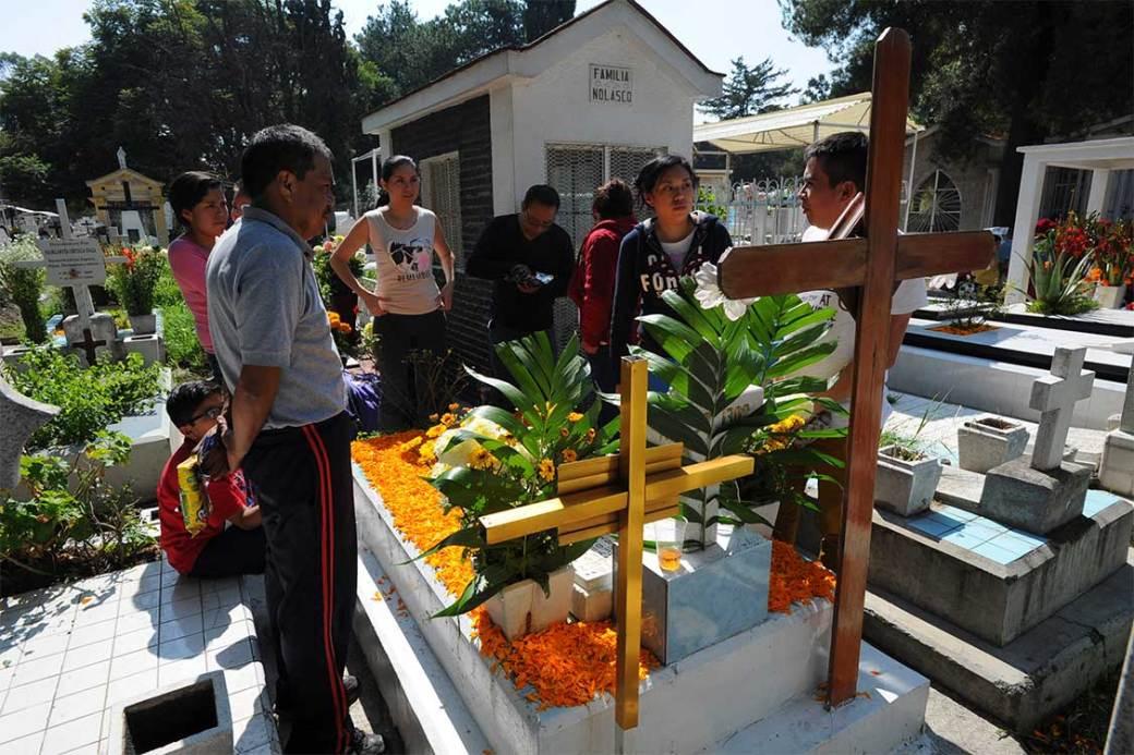 Personas visitan las tumbas de sus familiares en el Panteón Civil de Iztapalapa.