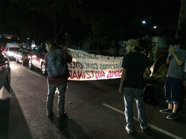 Los manifestantes que solicitan la libertad de los detenidos por el incendio del Metrobús, bloquearon por 10 minutos la avenida Miguel Ángel de Quevedo.