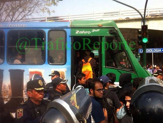 Estudiantes cerraron esta mañana la Calzada de Tlalpan a la altura de Periférico Sur, para trasladarse a la UAM Xochimilco. Foto Arturo García