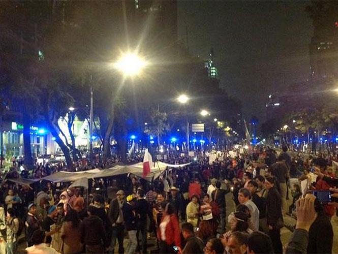 Manifestantes arribaron a las instalaciones de la PGR para partir en marcha hacia el Zócalo capitalino. Foto @MarcoToribioM