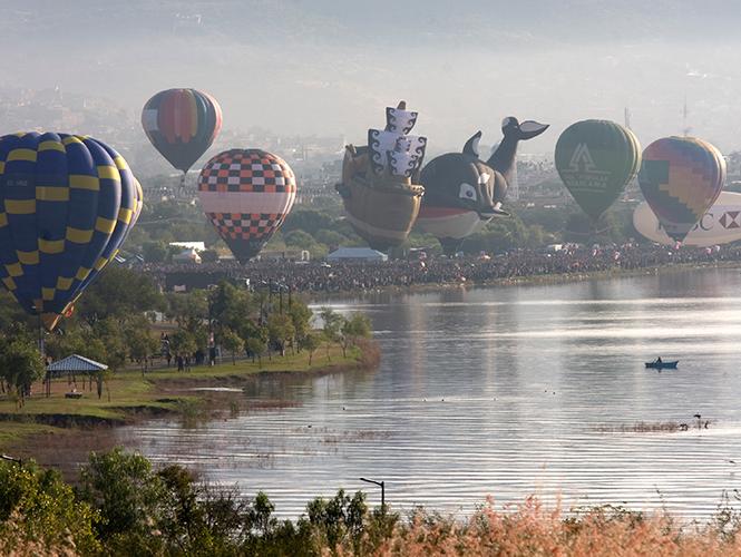 Cientos de globos de cantoya iluminaron el cielo de León, Guanajuato en el segundo día de actividades de la 13 edición del Festival Internacional del Globo