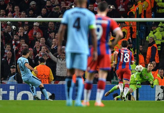 Agüero abrió el marcador al cobrar un penal de manera efectiva a pesar del lance de Neuer (EFE)