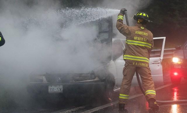 Un elemento de la Policía Bancaria Industrial resultó con quemaduras al ayudar a una familia atrapada a salir de un vehículo incendiado. Foto Cuartoscuro/Archivo