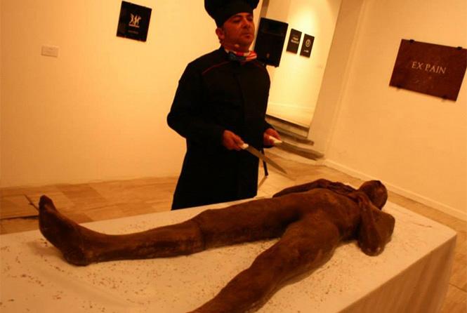 """Un """"cadáver"""" de chocolate podrá ser degustado en el marco del 20 aniversario del Centro Nacional de las Artes. Foto @cenartmx"""