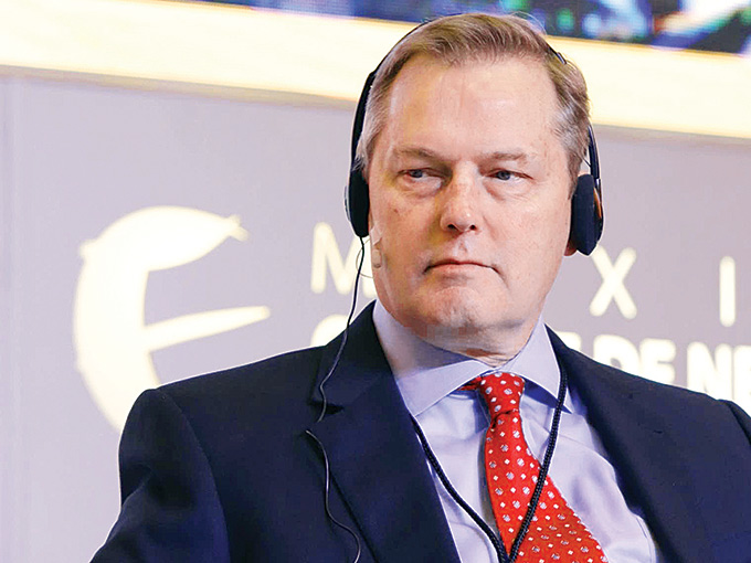 Mark W. Albers, vicepresidente de Exxon Mobil.
