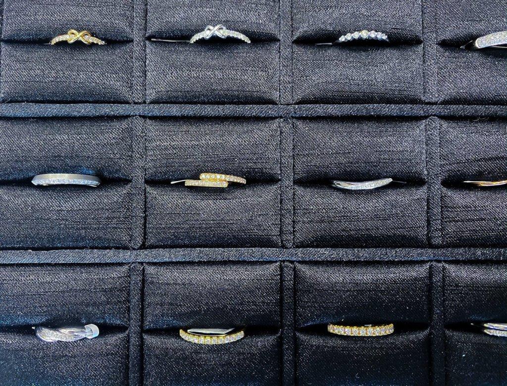 線戒款式多達上百款,不論是日常配戴,或搭配鑽戒都很推薦。(Photo by Natalie)