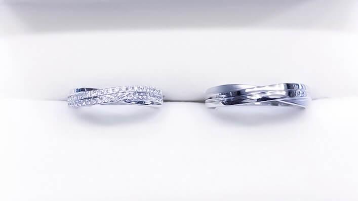 鉑金材質,女款密鑲雙排小鑽,男款則在戒指內圍鑲小鑽。(Photo by Natalie)