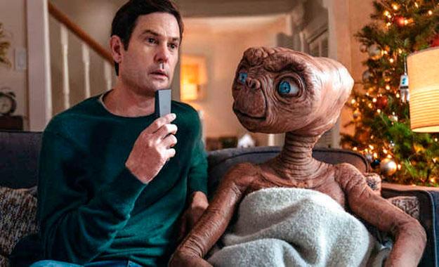 E.T. finalmente regresa a la Tierra y se reencuentra con Elliott