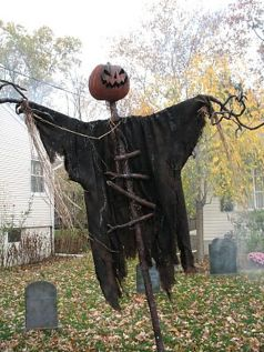 Scary Front Yard Halloween Decoration Ideas 26