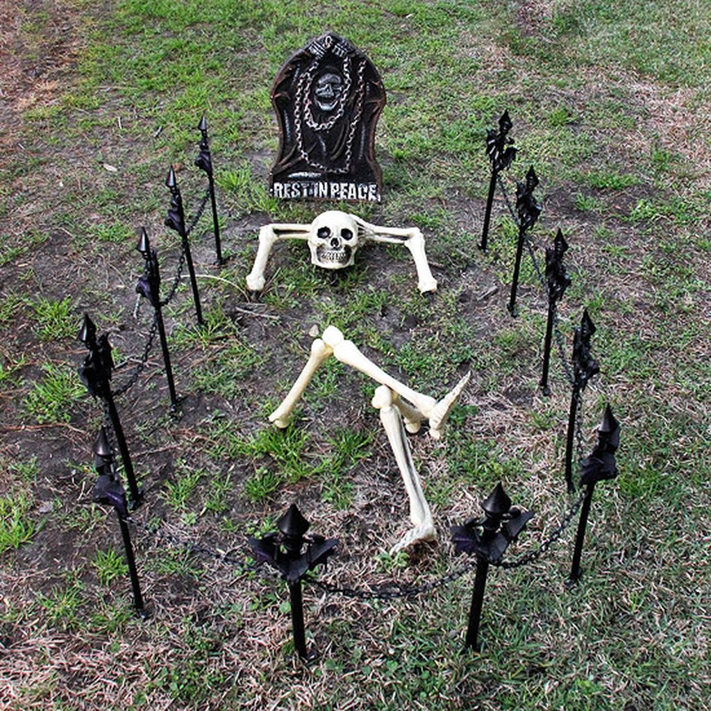 Scary Front Yard Halloween Decoration Ideas 34