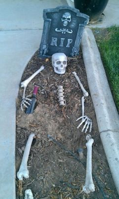 Scary Front Yard Halloween Decoration Ideas 39