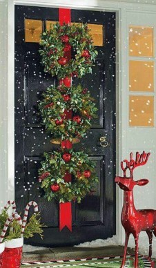 Colorful Christmas Wreaths Decoration Ideas For Your Front Door 03