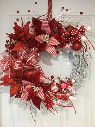 Colorful Christmas Wreaths Decoration Ideas For Your Front Door 14