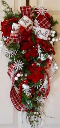 Colorful Christmas Wreaths Decoration Ideas For Your Front Door 16