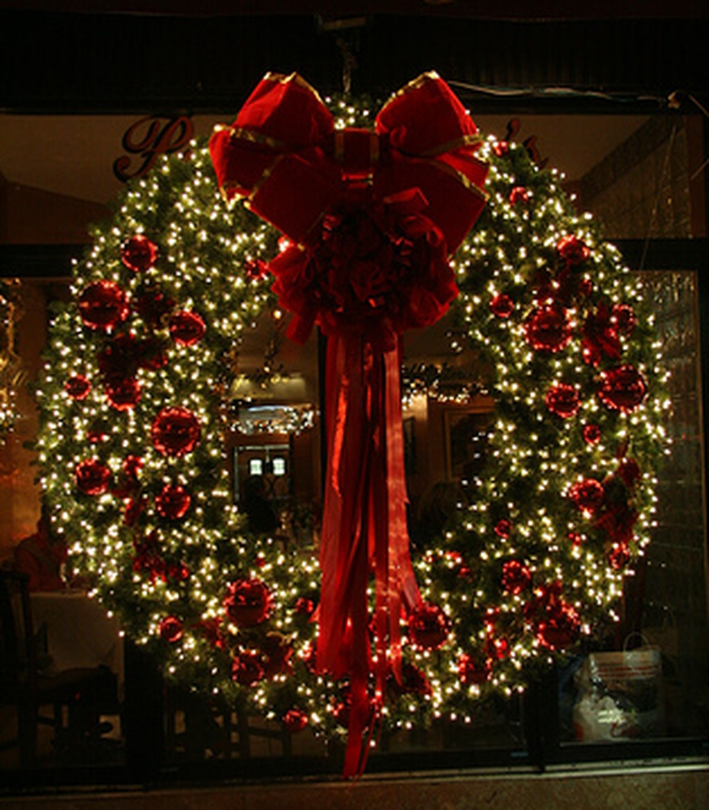 Colorful Christmas Wreaths Decoration Ideas For Your Front Door 18