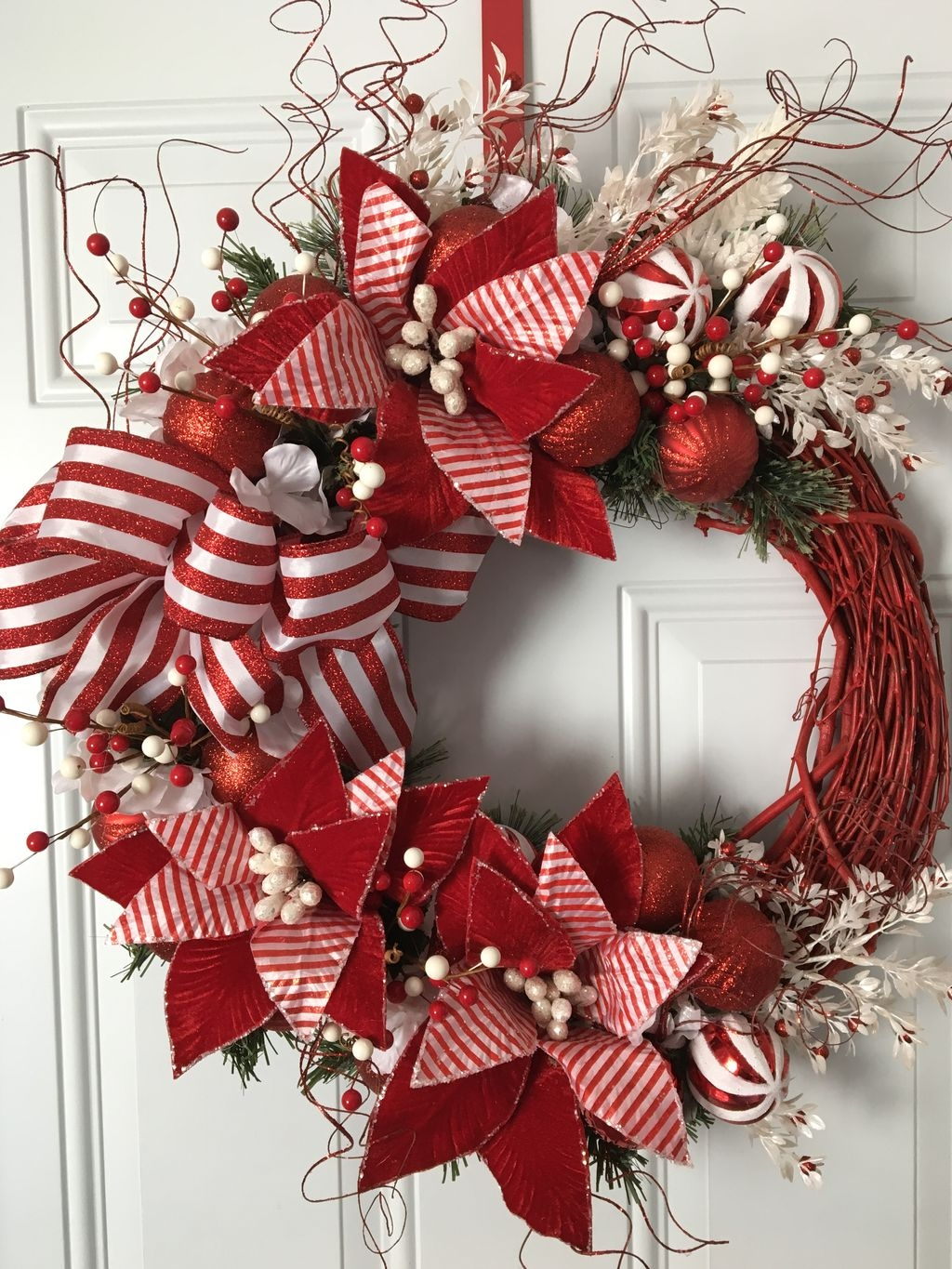 Colorful Christmas Wreaths Decoration Ideas For Your Front Door 21
