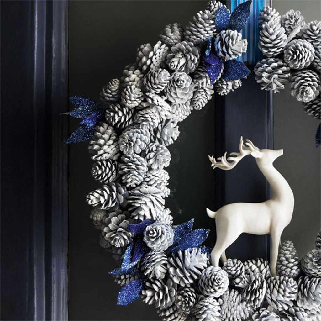Colorful Christmas Wreaths Decoration Ideas For Your Front Door 24