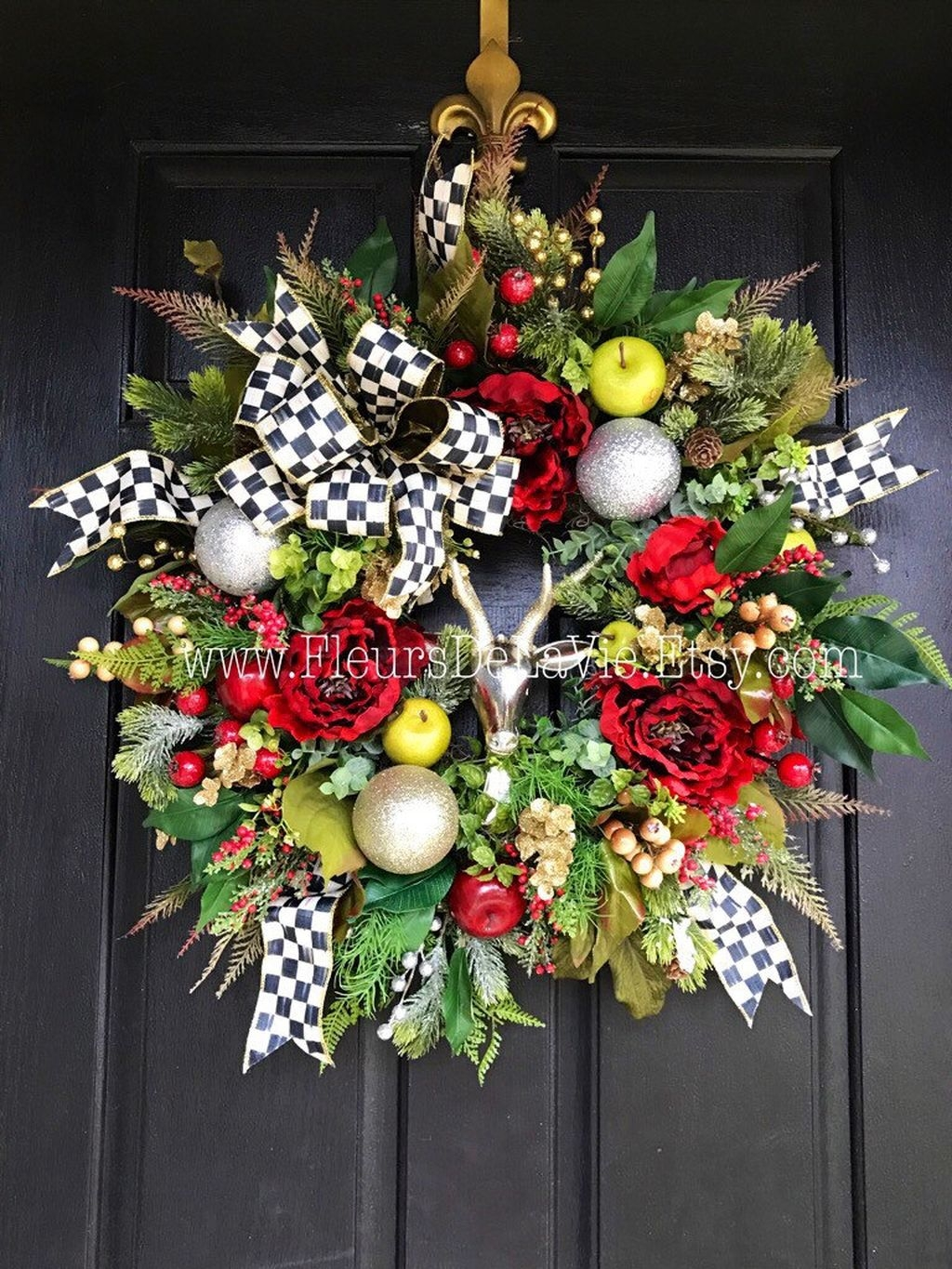 Colorful Christmas Wreaths Decoration Ideas For Your Front Door 28