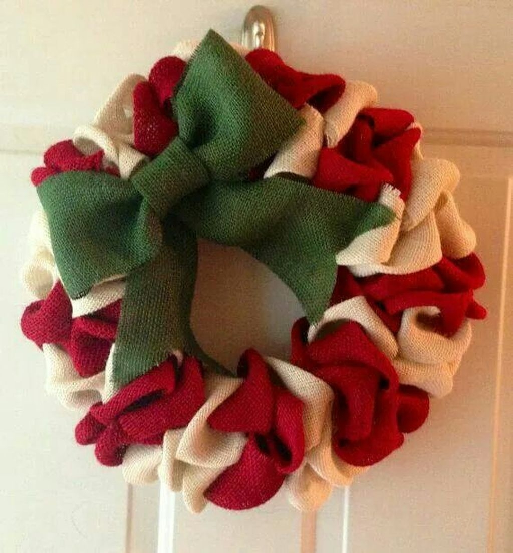 Colorful Christmas Wreaths Decoration Ideas For Your Front Door 32