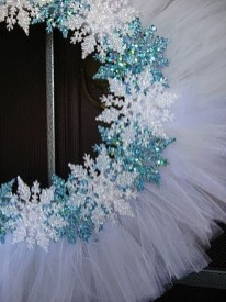 Colorful Christmas Wreaths Decoration Ideas For Your Front Door 35