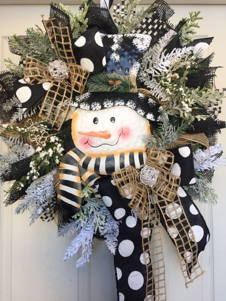 Colorful Christmas Wreaths Decoration Ideas For Your Front Door 36