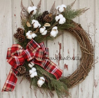 Colorful Christmas Wreaths Decoration Ideas For Your Front Door 37