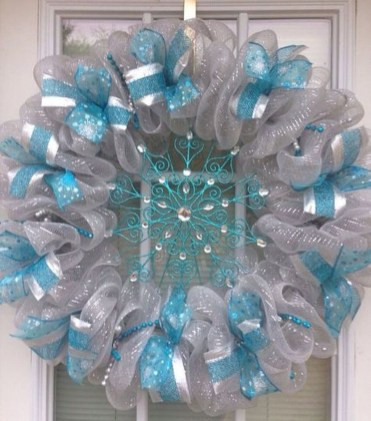 Colorful Christmas Wreaths Decoration Ideas For Your Front Door 42