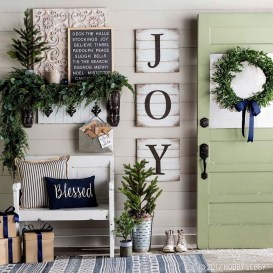 Welcoming And Cozy Christmas Entryway Decoration Ideas22