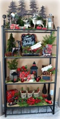 Welcoming And Cozy Christmas Entryway Decoration Ideas26