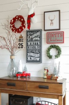 Welcoming And Cozy Christmas Entryway Decoration Ideas29