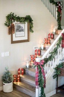 Welcoming And Cozy Christmas Entryway Decoration Ideas30