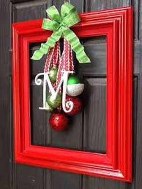 Welcoming And Cozy Christmas Entryway Decoration Ideas36