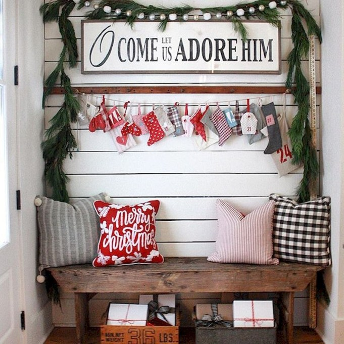 Welcoming And Cozy Christmas Entryway Decoration Ideas37