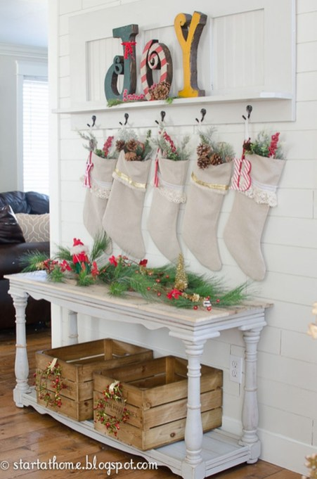 Welcoming And Cozy Christmas Entryway Decoration Ideas38