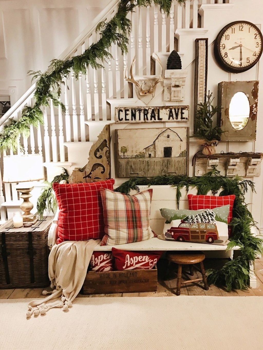 Welcoming And Cozy Christmas Entryway Decoration Ideas39