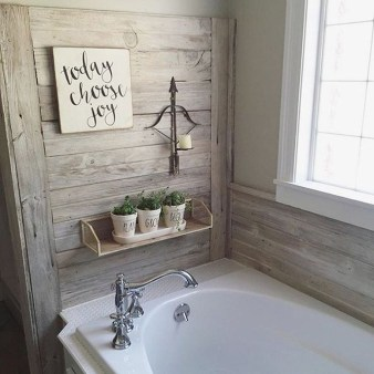 Cozy And Relaxing Farmhouse Bathroom Design Ideas10
