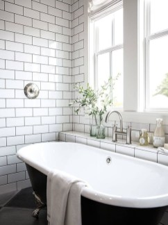 Cozy And Relaxing Farmhouse Bathroom Design Ideas33