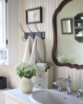 Cozy And Relaxing Farmhouse Bathroom Design Ideas37
