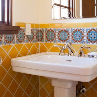 Lovely Sunny Yellow Bathroom Design Ideas 10