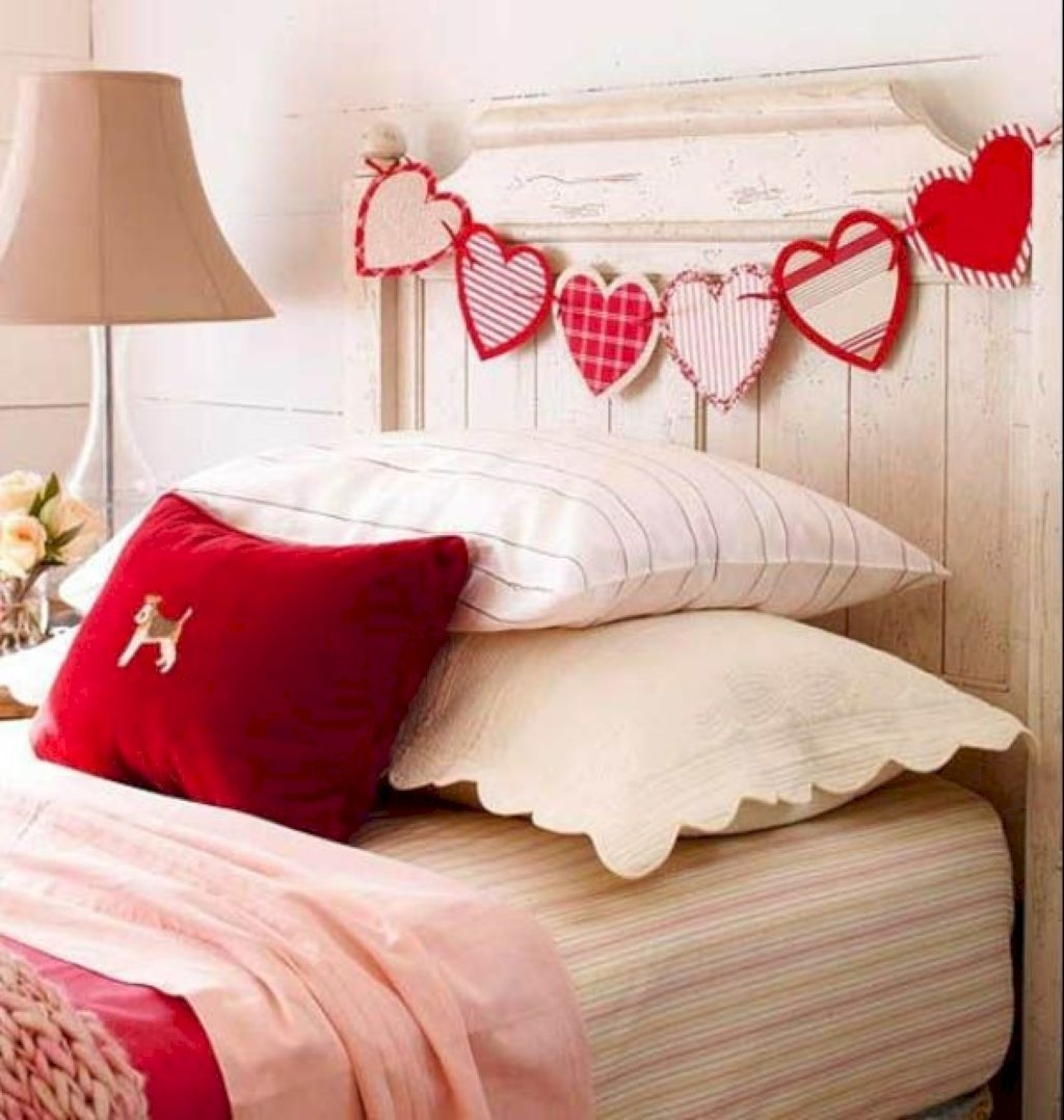 Romantic Bedroom Decorating Ideas For Valentines Day 32