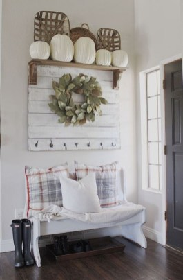 Stunning Farmhouse Entryway Decoration Ideas 40